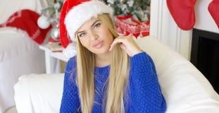 Gullig ung kvinna med den Santa Claus hatten Royaltyfria Bilder