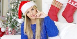Gullig ung kvinna med den Santa Claus hatten Royaltyfri Fotografi