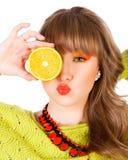 Gullig ung kvinna med orange frukter Royaltyfria Foton