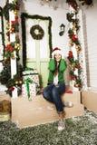 Gullig ung kvinna på det dekorerade huset med gåvor Arkivfoto