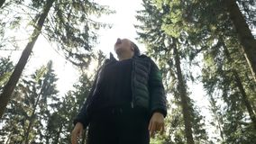 Gullig ung kvinna som djupt andas den nya luften av skogen som känner sig fantastisk i mitt av naturen - stock video