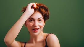 Gullig ung kvinna som rör till roligt lynne för hår arkivfoto