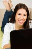 Gullig ung kvinna som surfar internet Arkivfoton