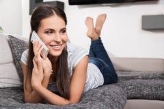 Gullig ung kvinna som talar på en telefon Arkivbilder