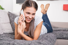 Gullig ung kvinna som talar på en telefon Royaltyfri Fotografi