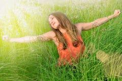 Gullig ung kvinna utomhus. Tyck om solen arkivfoto