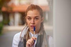 Gullig ung kvinnlig student royaltyfri foto
