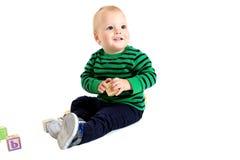 Gullig ung litet barnpojke som rymmer ett leksakalfabetkvarter Royaltyfri Fotografi