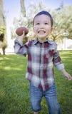 Gullig ung pojke för blandat lopp som spelar fotboll utanför royaltyfria foton