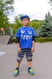 Gullig ung pojke i hans skateboardingdräkt Royaltyfria Foton