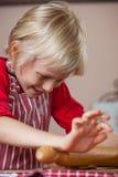 Gullig ung pojkebakning arkivfoto