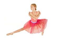Gullig ung rödhårig manballerinaflicka som bär den rosa ballerinakjolen Arkivfoto