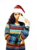 Gullig ung verklig afrikansk hipsterflicka i den isolerade santas röda hatten Royaltyfri Fotografi