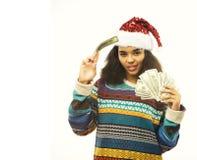 Gullig ung verklig afrikansk hipsterflicka i den isolerade santas röda hatten Royaltyfri Foto