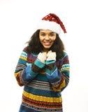 Gullig ung verklig afrikansk hipsterflicka i den isolerade santas röda hatten Royaltyfri Bild
