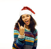 Gullig ung verklig afrikansk hipsterflicka i den isolerade santas röda hatten Fotografering för Bildbyråer