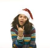 Gullig ung verklig afrikansk hipsterflicka i santas den röda hatten som isoleras på den väntande på vintern Christmass för vit ba Royaltyfria Foton