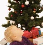 gullig unge för jul som ser upp tid Arkivbild