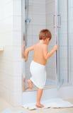 Gullig unge som är klar att tvätta sig i dusch Arkivfoto