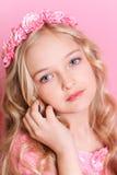Gullig ungeflicka på rosa färger Royaltyfri Bild