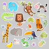 Gullig uppsättning av klistermärkear av safaridjur och blommor Savann och för tecknad filmklistermärke för safari roliga djur Rol stock illustrationer
