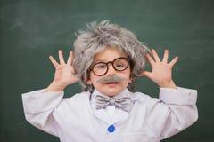 Gullig utklädd elev som visar hans händer Royaltyfri Foto