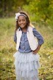 Gullig utomhus- stående av en le afrikansk amerikanliten flicka Royaltyfri Foto