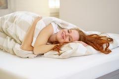 Gullig utvilad ung kvinna efter en uppfriskande sömn royaltyfria foton