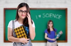 Gullig vetenskapsnerd i ett klassrum arkivfoton
