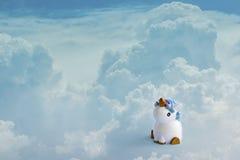 Gullig vit enhörning på det ljust - blåa pastellfärgade moln Baby shower flickaf?delsedagbegrepp Horisontal med kopieringsavst?nd royaltyfri illustrationer