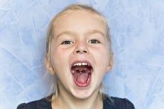 Gullig vit flicka med blont hår arkivfoto
