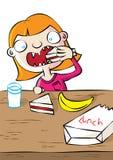 Gullig vit flicka som har lunch i skola Arkivfoton