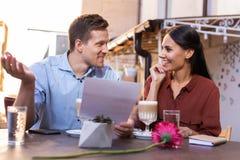 Gulliga älska par som känner sig lyckliga, medan planera deras honungmåne Arkivfoton