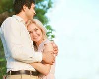 Gulliga älskvärda par som tycker om Royaltyfri Fotografi