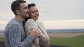 Gulliga älskvärda par står i omfamningar på det klippbrants- av en vagga 4K lager videofilmer