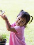 Gulliga asiatiska barn som spelar den gamla duschen Royaltyfri Fotografi