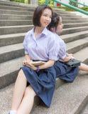 Gulliga asiatiska thailändska höga skolflickastudentpar i skola arkivfoton