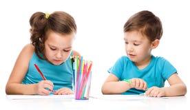 Gulliga barn drar på vitbok fotografering för bildbyråer