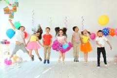 Gulliga barn på födelsedagpartiet inomhus royaltyfri fotografi