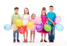 Gulliga barn som firar födelsedag Royaltyfria Foton