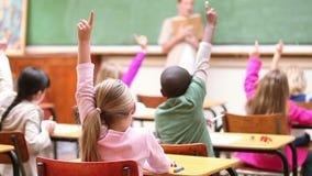 Gulliga barn som lyfter deras fingrar stock video
