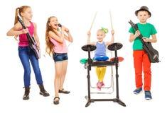 Gulliga barn som spelar instrument och flickaallsånger Arkivfoto