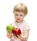 Gulliga barnholdingäpplen royaltyfri fotografi