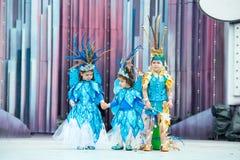 Gulliga blåa barndräkter Royaltyfri Bild
