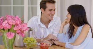 Gulliga blandade par som tillsammans tycker om vin och frukt Royaltyfri Fotografi
