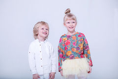 Gulliga blonda barn i en vit studio fotografering för bildbyråer