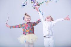 Gulliga blonda barn i en vit studio royaltyfri fotografi