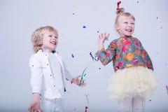 Gulliga blonda barn i en vit studio arkivbilder
