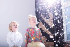 Gulliga blonda barn i en vit studio royaltyfri foto