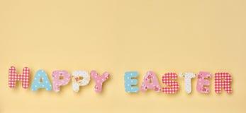 Gulliga bokstäver på guling - lycklig påsk Arkivfoton